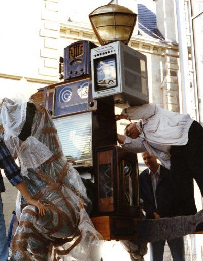 Nam June Paik Pre Bell Man Aufbau Museum fuer Kommunikation Frankfurt 1990